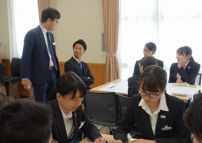 グループディスカッション講座 進路指導担当の佐藤先生と学生たち