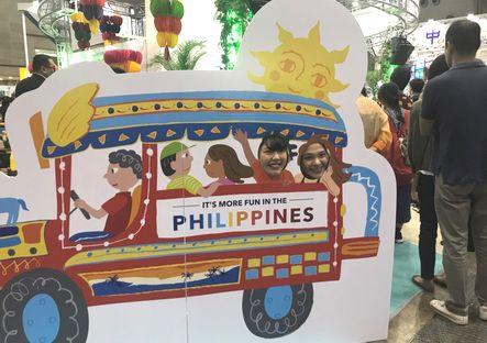 海外研修旅行で参加するフィリピンのブースでジープニーに乗って?記念撮影です