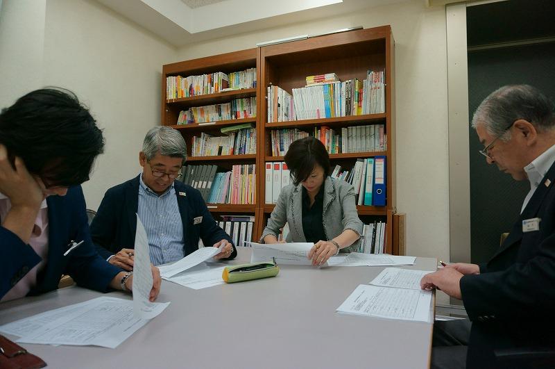 日本語部門の代表者を決める会議の様子です