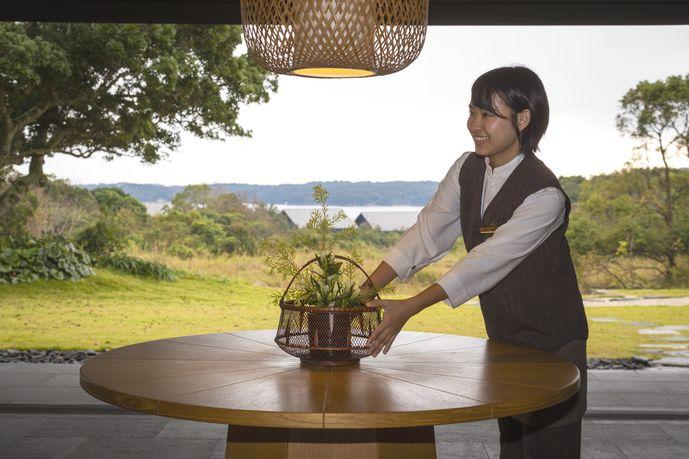 お客様到着時にお迎えする離れ「パビリオン」にて。塩田さんは普段はレストラン勤務されています。