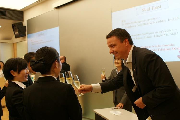 祝杯で新メンバーの入会をお祝いする井上会長とクレール氏
