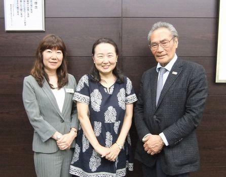 校長先生、高野先生と共に記念写真