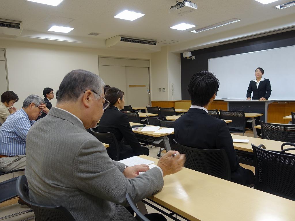 他の代表者と先生の前で発表。当日はもっと多くの参加者の前で話します
