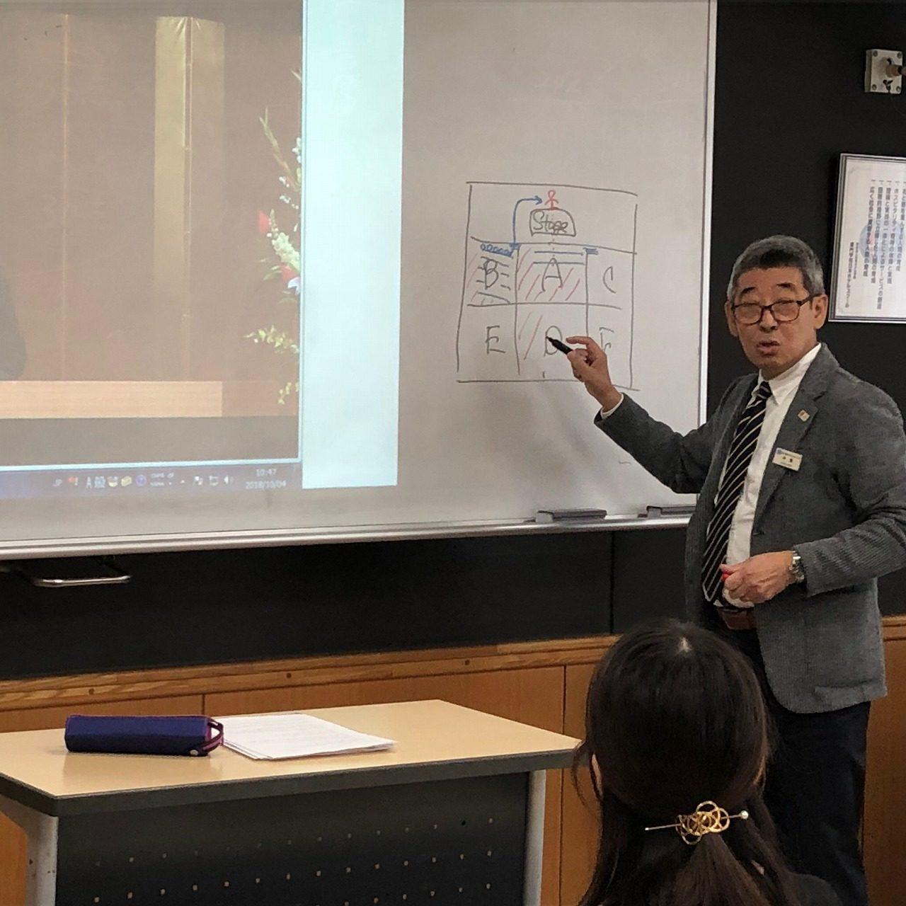 入場などの立ち居振舞いを指導する中島先生