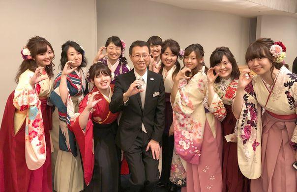 卒業式で、担任クラスの学生たちと一緒に