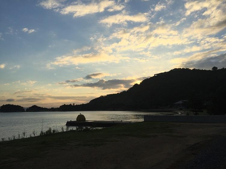 夕日が沈む瞬間。奥に草間彌生氏の作品「南瓜」