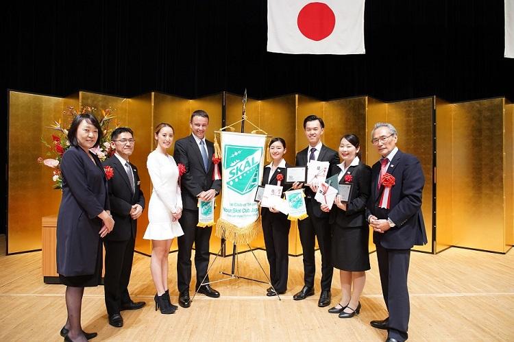 英語部門で最優秀賞を受賞した正木さん、優秀賞を受賞した譚さん、努力賞を受賞した松村さんはヤング・スコール・クラブメンバーとして出場し、審査員として主席したスコールクラブ東京のファビアン クレール会長と交流も図りました。