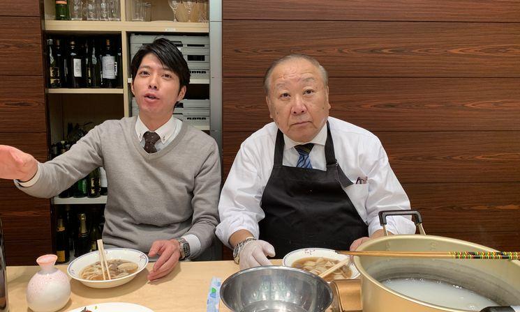 私が山形産の里芋を30個剥きました!by 川辺先生(右)