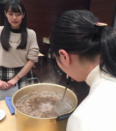 灰汁をとりながら煮ています