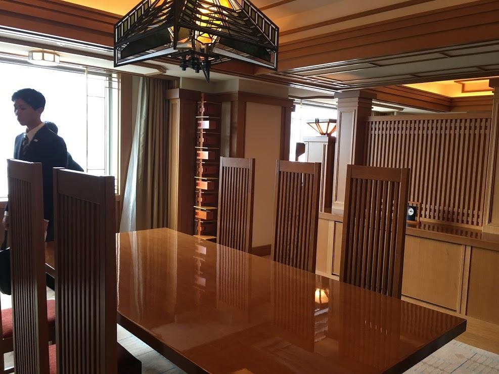 室内には幾何学模様でデザインされた調度品の数々