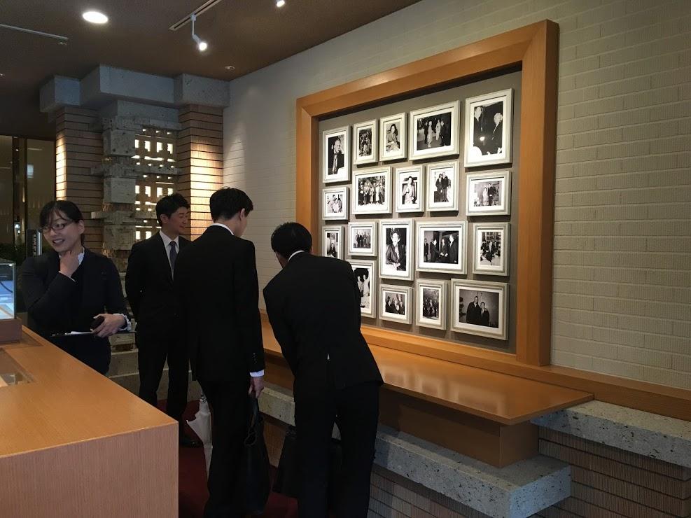 ロビー階に展示されている帝国ホテル東京の歴史に興味深々