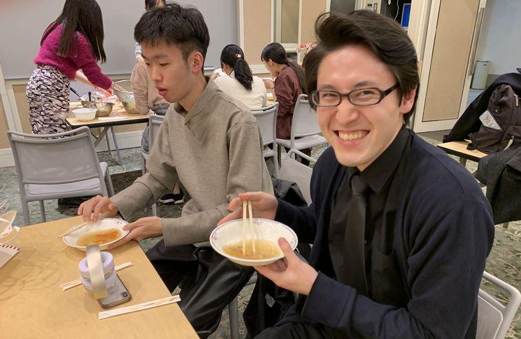 青森県八戸市出身の中村翔平先生。八戸の実家の味に満足の笑顔!