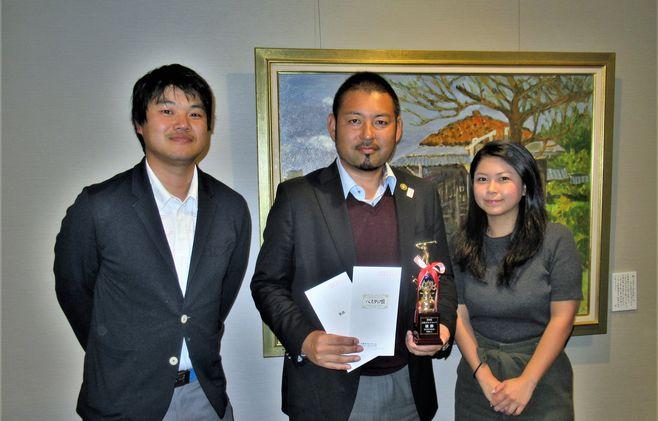 左:本クラブ副会長の林 哲平さん(2008年度卒)、中央:優勝した飯沼 学さん(2000年度卒)、右:本クラブ会長の乙部 彩佳さん(2009年度卒)