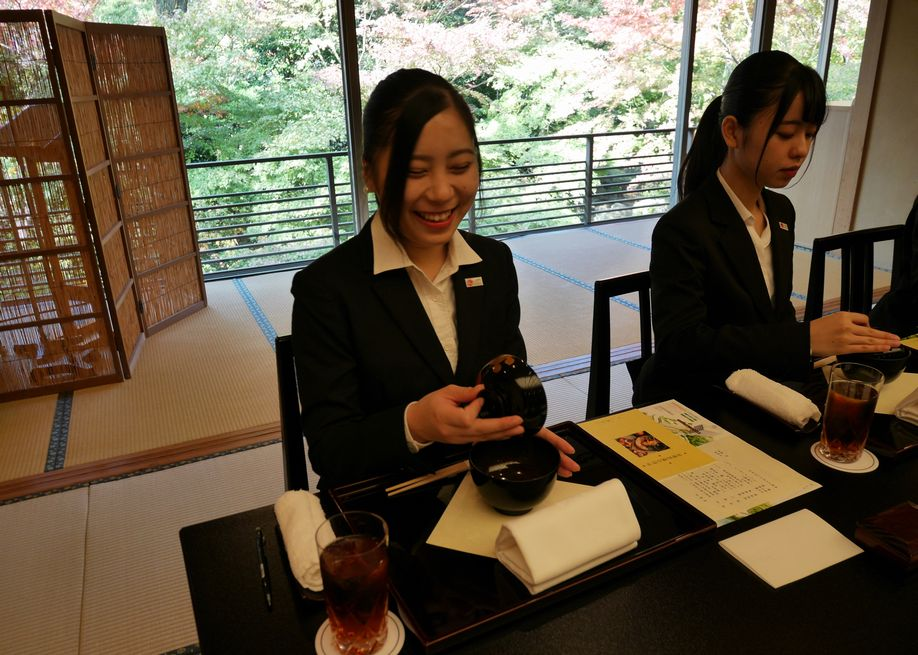 「料亭 錦水」にて、正しい食べ方を意識しつつ・・・(ホテル椿山荘東京)
