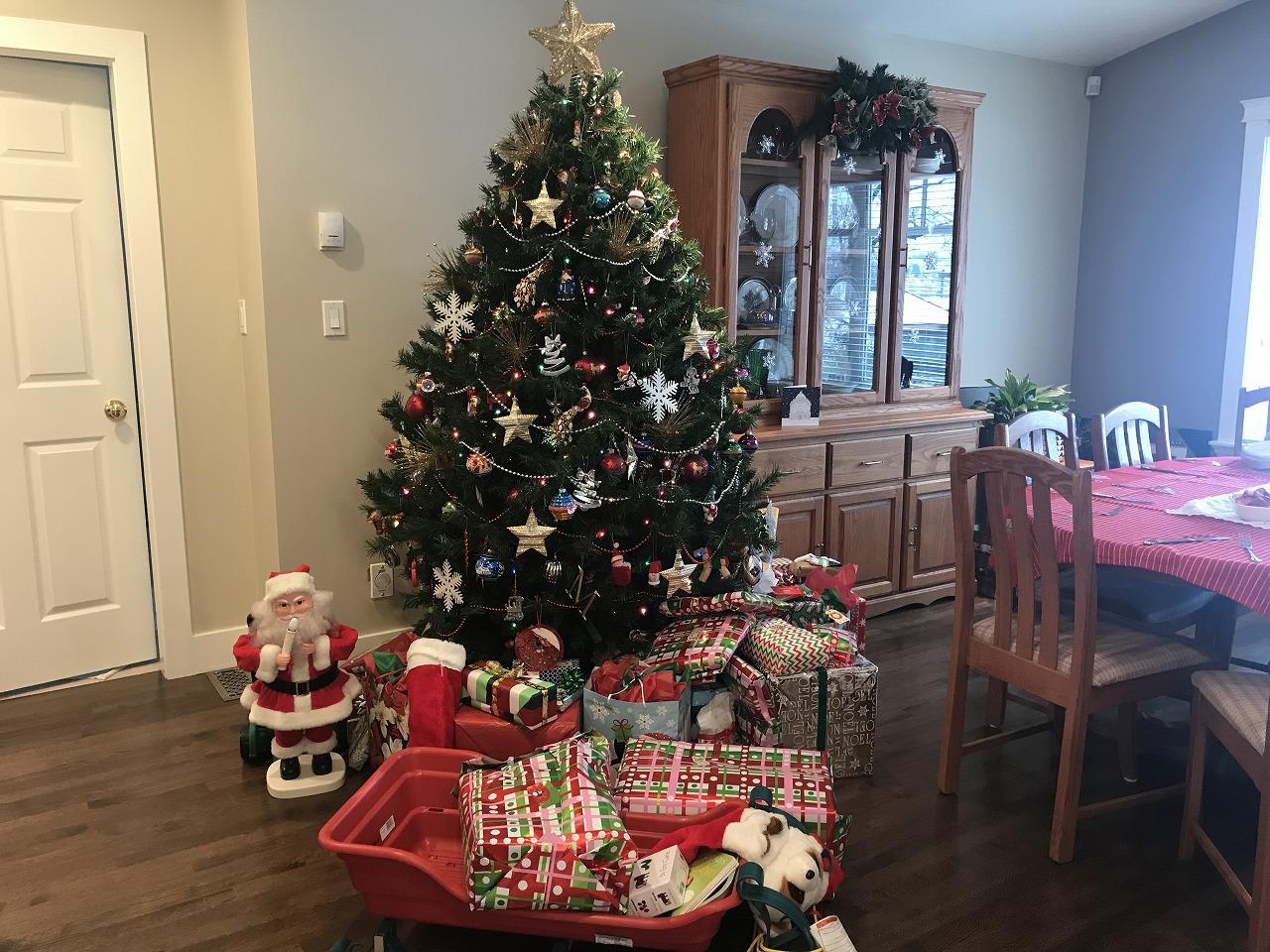 クリスマスツリーの下にたくさんのプレゼント!中身は、おもちゃはもちろん、洋服やコスメが入っていたそうです。