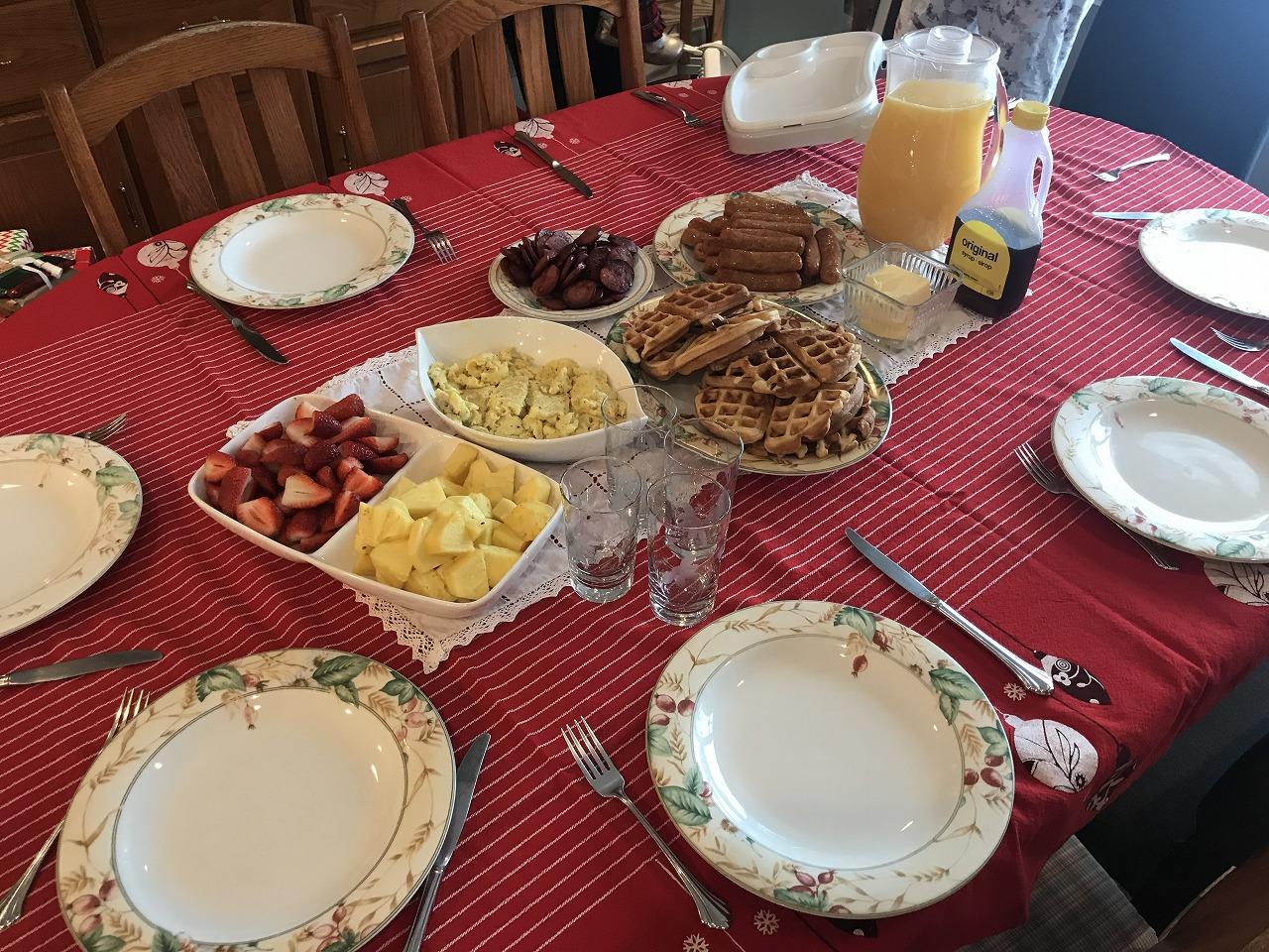 ブランチ。ワッフルやカットフルーツなどシンプルなもの。テーブルクロスがクリスマスさを演出しています。