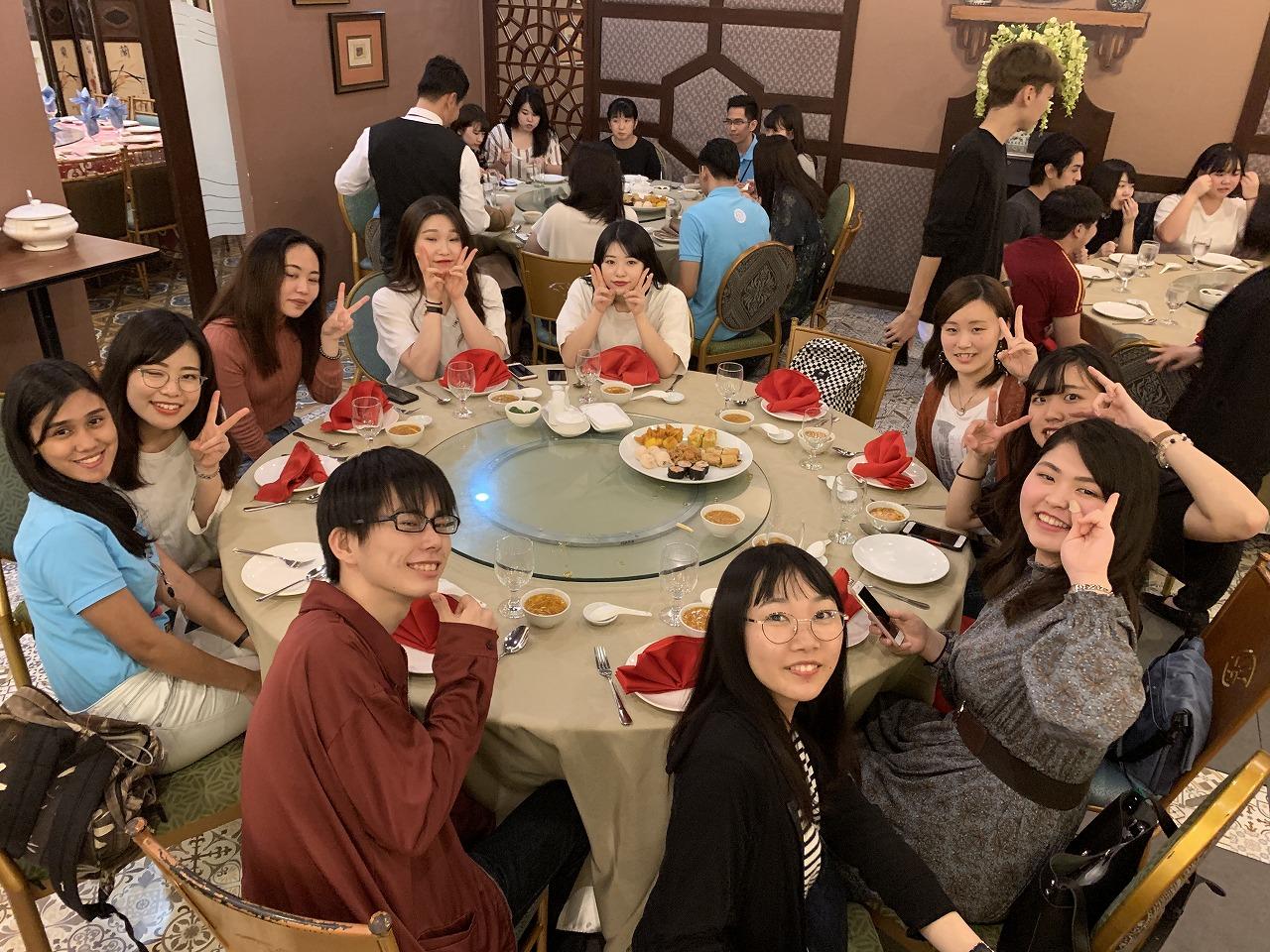 到着後にUPHの学生達と共にディナー