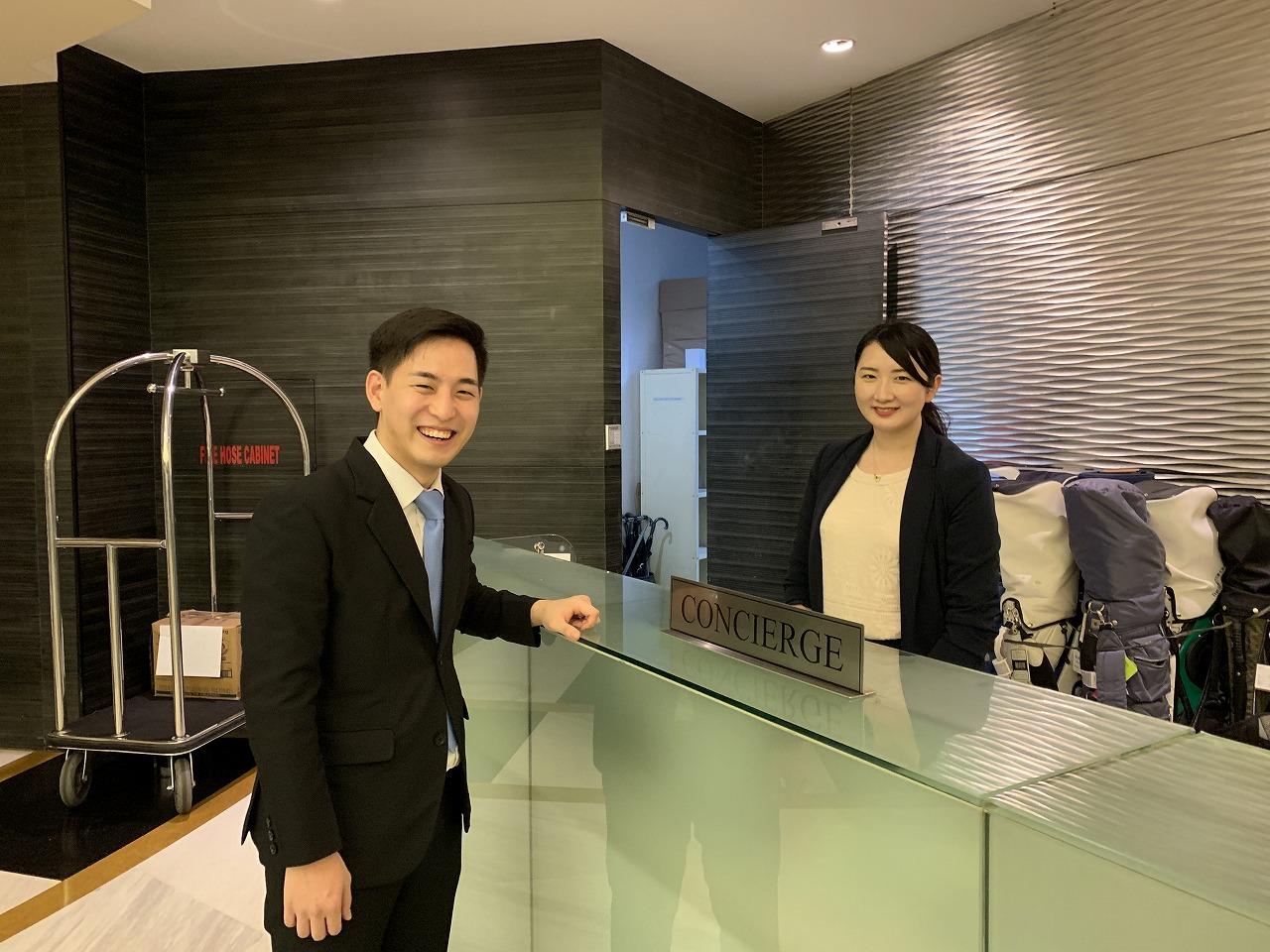 ベルビューホテルで勤務している卒業生の安澤さん(左)と岸井さん(右)