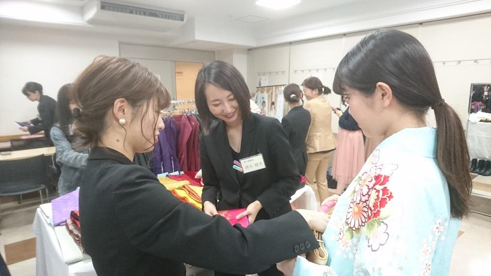 『卒業式袴展示会』展示会当日、練習を重ねてきた成果の見せ所