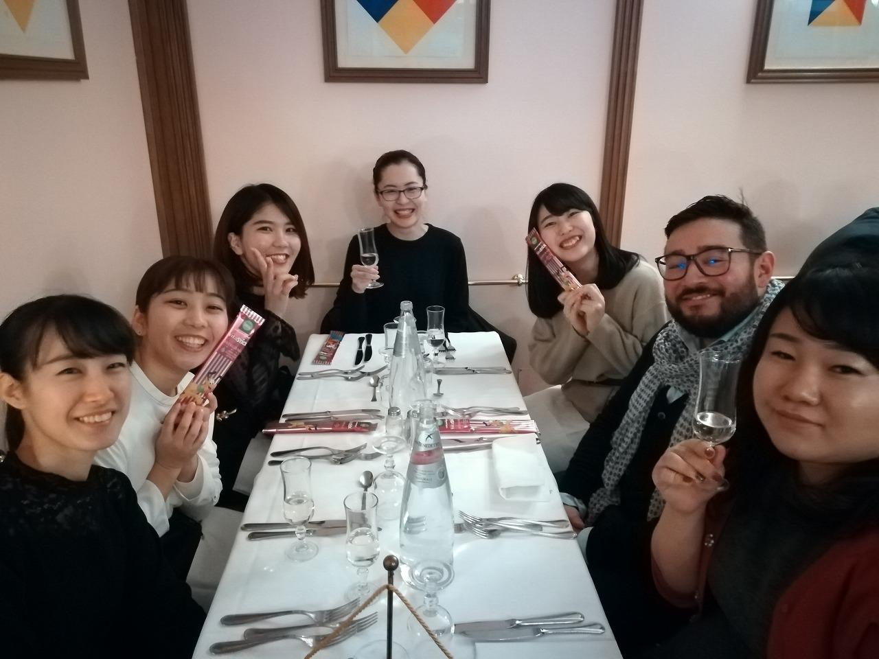 Skal International Roma Executive Committee's Member Mr Jamie Kiyoshi Izawaと学生達