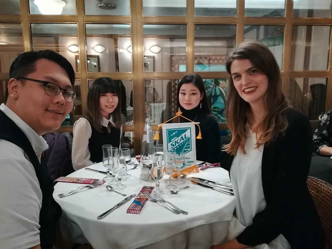Young Skal Coodinator Ms. Alessandra Bertuzziと学生達
