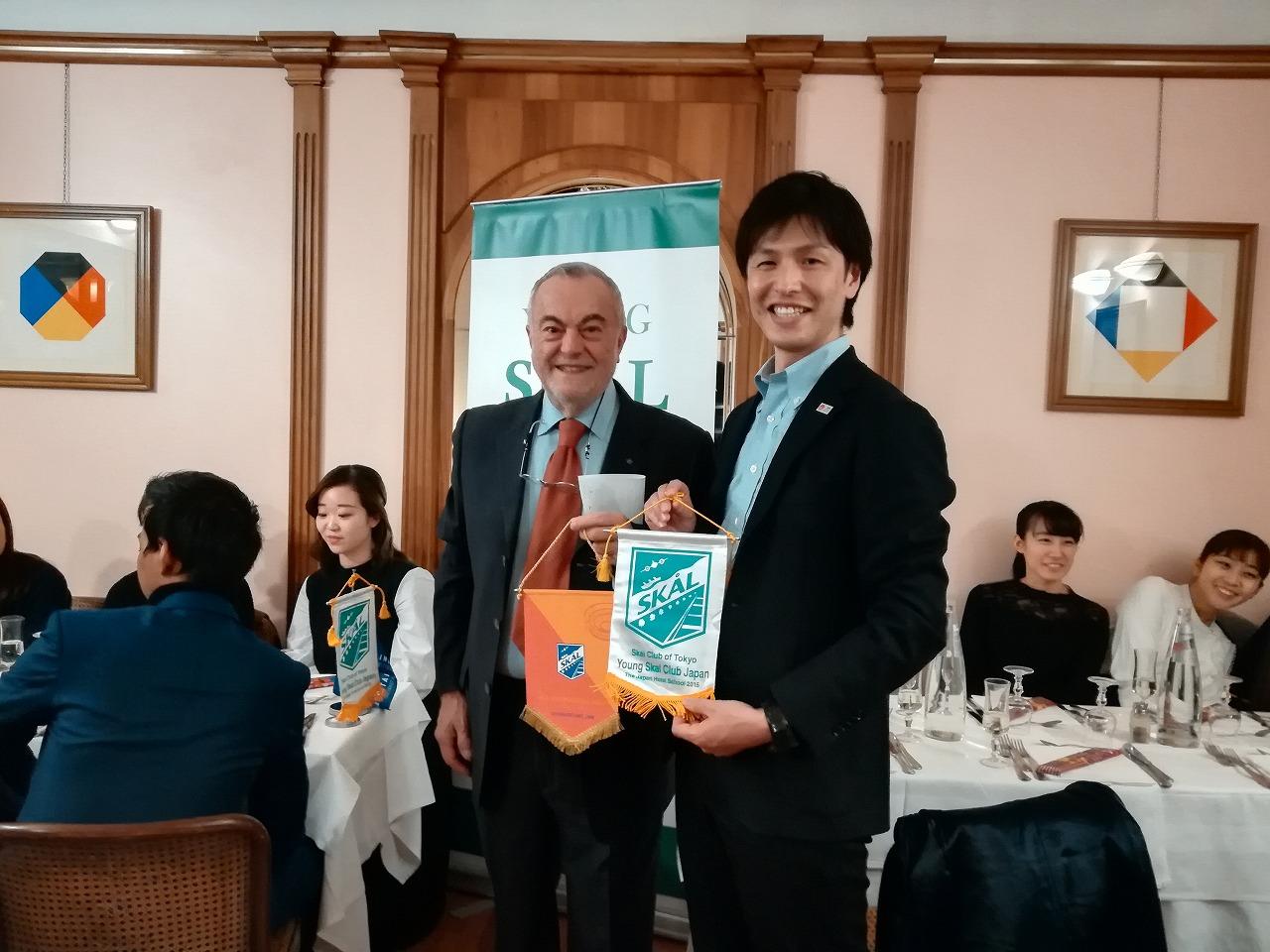 スコールクラブローマとヤングスコールクラブジャパンの旗を交換