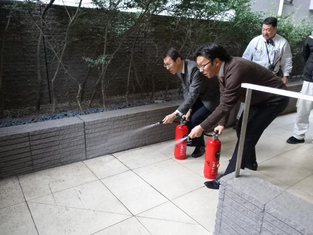 順番に全員が消火器訓練を行いました