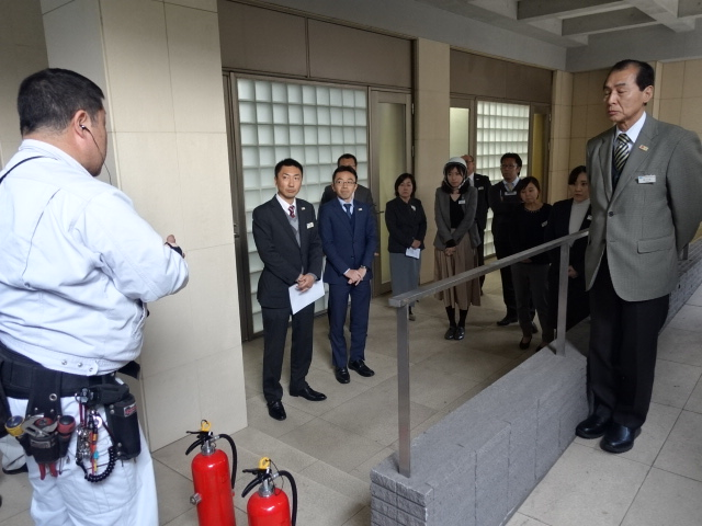 消火設備の詳細を真剣に聞く職員たち