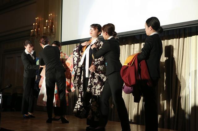 夜間部ブライダル科2年生 袴展示会の様子を実演を踏まえて発表