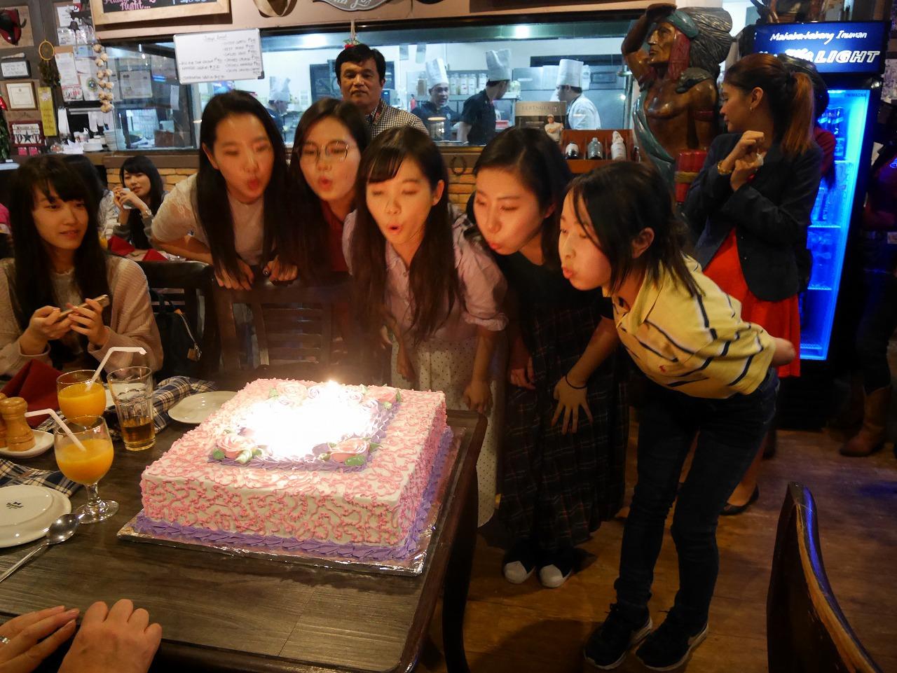 誕生日の学生をケーキでお祝い