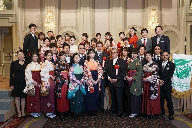 ヤング スコール クラブのメンバー・英語専攻科29名とスコールクラブ オブ 東京会長のファビアン クレール様と記念撮影
