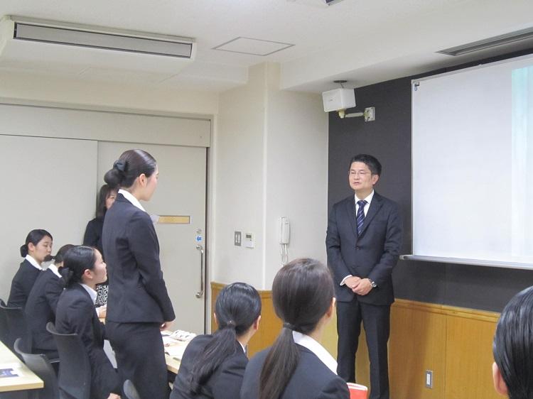 学生から先輩に直接質問を投げかけ、熱意を持って答える楠井様