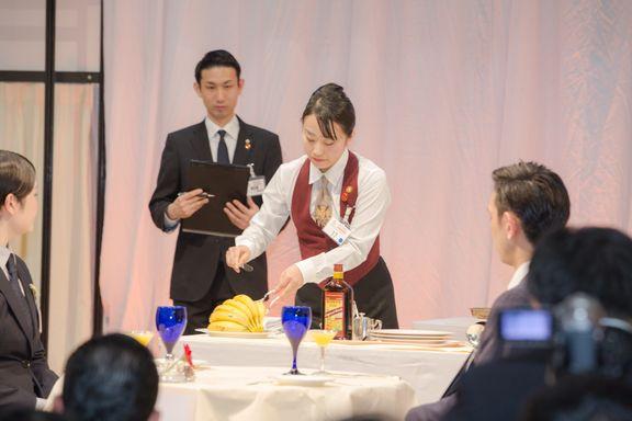 昼間部ホテル科2年中村友海さん 決勝課題のバナナフランベ