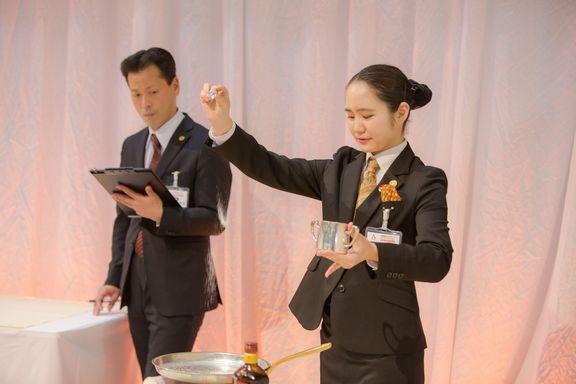 昼間部ブライダル科1年二関桃さん 決勝課題のバナナフランベのカラメル作成