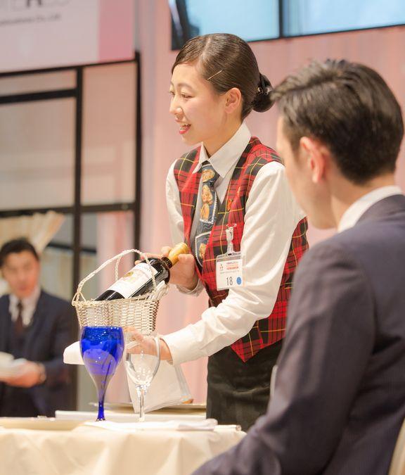 夜間部ホテル科2年波田野葵さん 準決勝課題 赤ワインのプレゼンテーション
