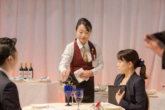 中村友海さんの 準決勝課題 赤ワインサービス