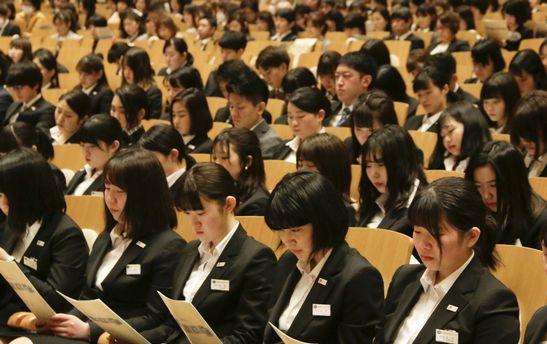 真剣な面持ちの新入学生たち