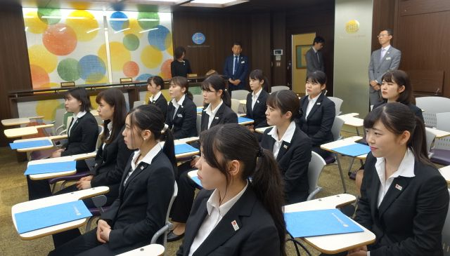 認定証書を手にした学生が石塚校長のメッセージに耳を傾けます