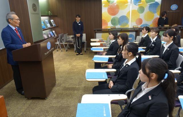 「特待生に期待すること」としてメッセージを送る石塚校長と、真剣に聞き入る特待生たち