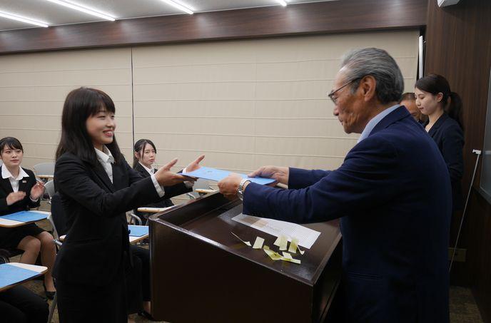 先ずは、石塚校長より、特待生一人一人に証書が手渡されました