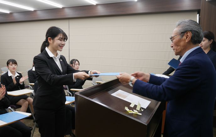 石塚校長より、特待生一人一人に証書が手渡されました