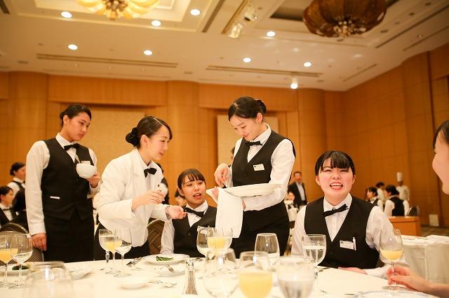 食事サービス演習 学生がサービススタッフとなり、食事を提供します