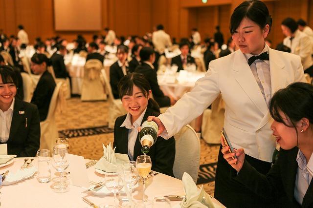 ゲストとしてホテル(模擬披露宴)を体験。プロのサービス(技)を体験する機会です