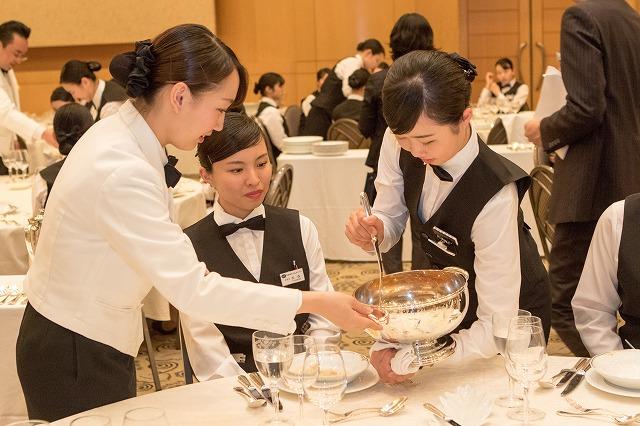 食事サービス演習 ホテルスタッフの皆さんから指導を受けながらサービスを学びます