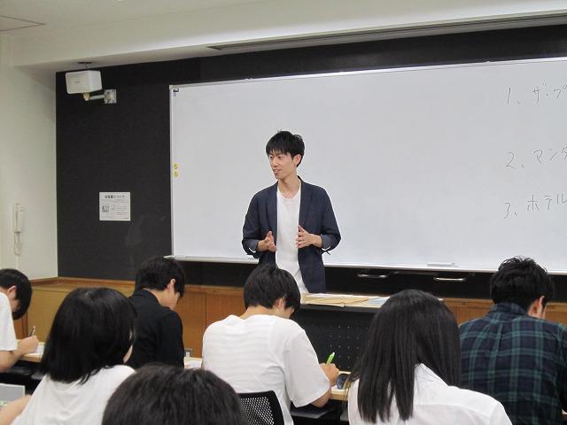 後輩である在校生に自身の体験を踏まえて実習について紹介する青木さん
