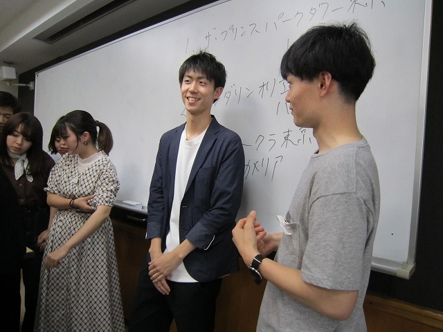 授業終了後に個別に質問する在校生と青木さん