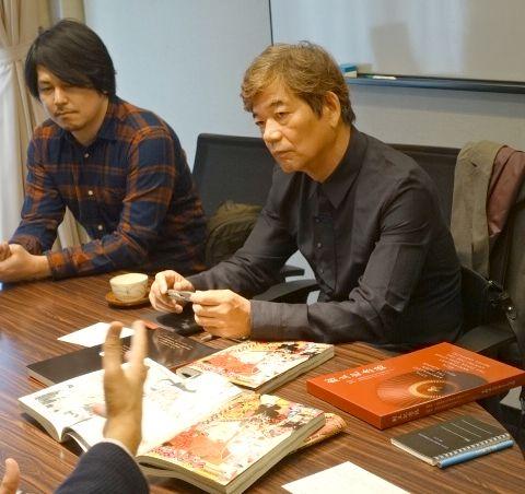 真剣な表情で話を聴く城アラキ先生(右)、川口幸範先生(左)