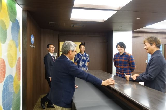 ホテルカウンターのことを説明する中島先生