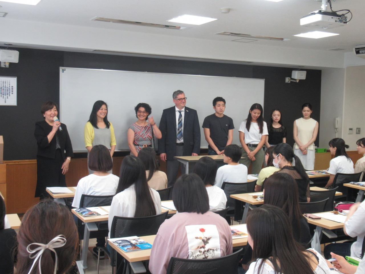 両校の先生方と留学経験の2年生:左寄り亮子先生・Ai Lin先生・Jennifer先生・Mark先生、2年生