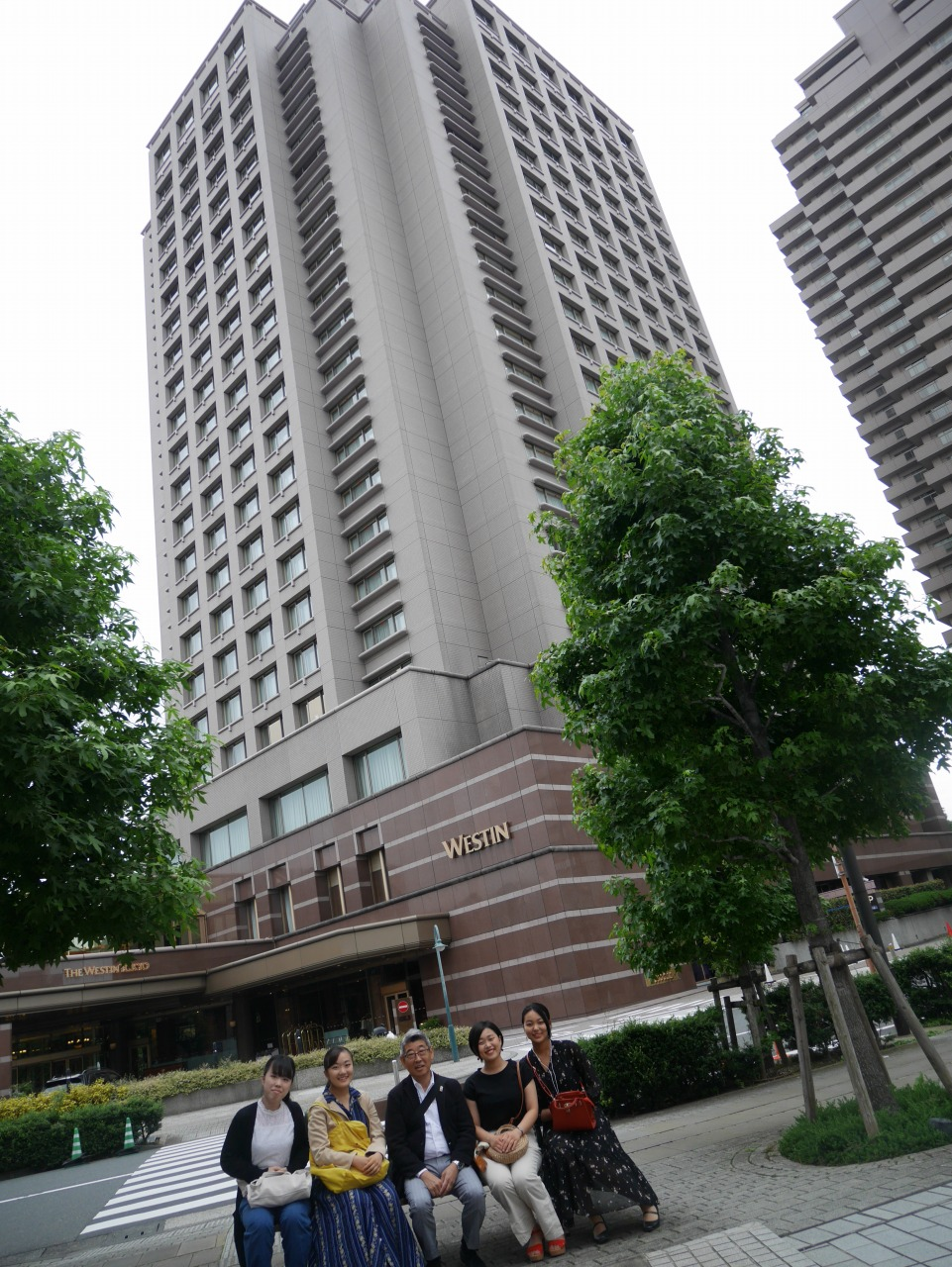ホテルの前で記念撮影
